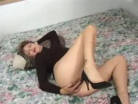 Shabby mature whore enjoys sweaty oral sex on the bed