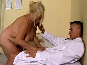 Medical examination in hospital ends by blowjob