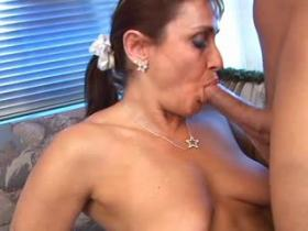 Sexy mature chick throats meaty sausage on sofa