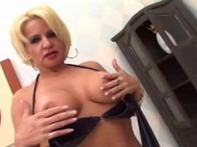 Blond milf with gorgeous body that loves to suck